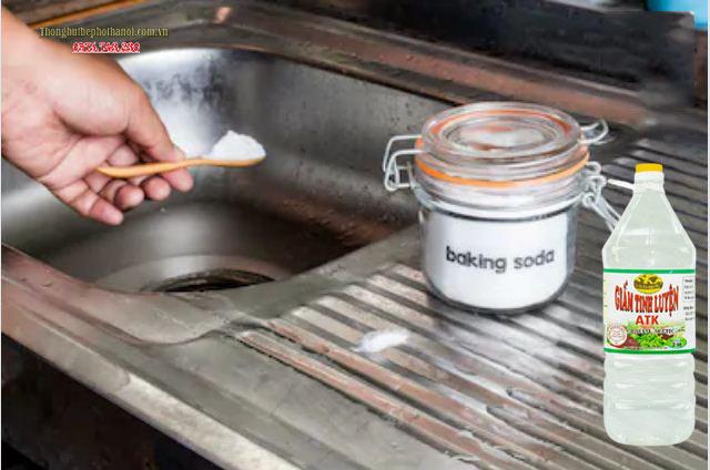 Dùng baking soda kết hợp với giấm để thông tắc cống: